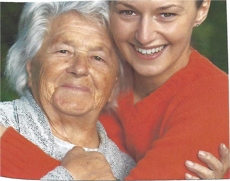 Ältere Frau und jüngere Frau umarmen sich